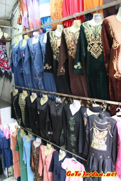 Типичный магазин женской одежды в Иордании