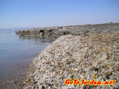 Пляж отеля состоит из соли и грязи Мертвого моря