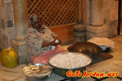 Выпечка традиционных лепешек в ресторане Tawaheen Al-Hawa