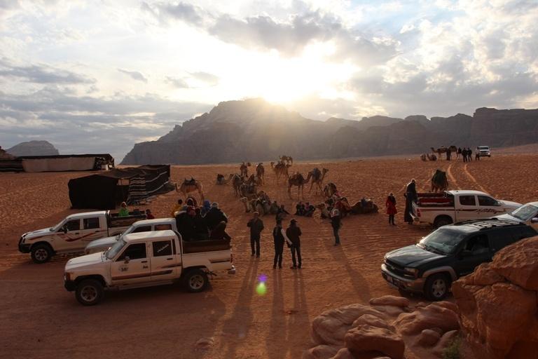 На фото: пустыня Вади Рам. Джип-сафари, лагерь бедуинов
